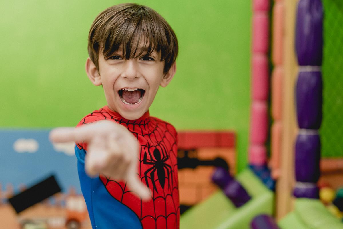 amiguinho brincando de homem aranha