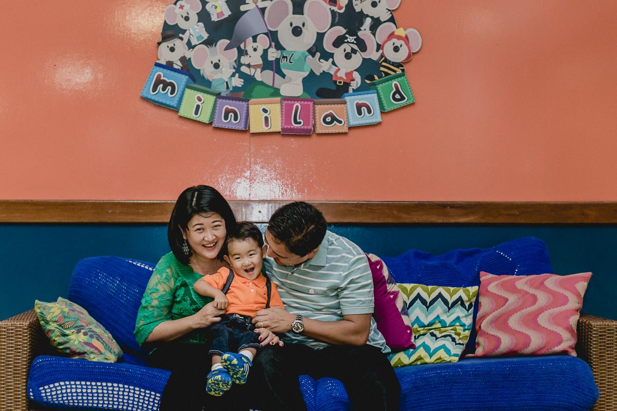 Brincando no sofa com o papai e a mamãe