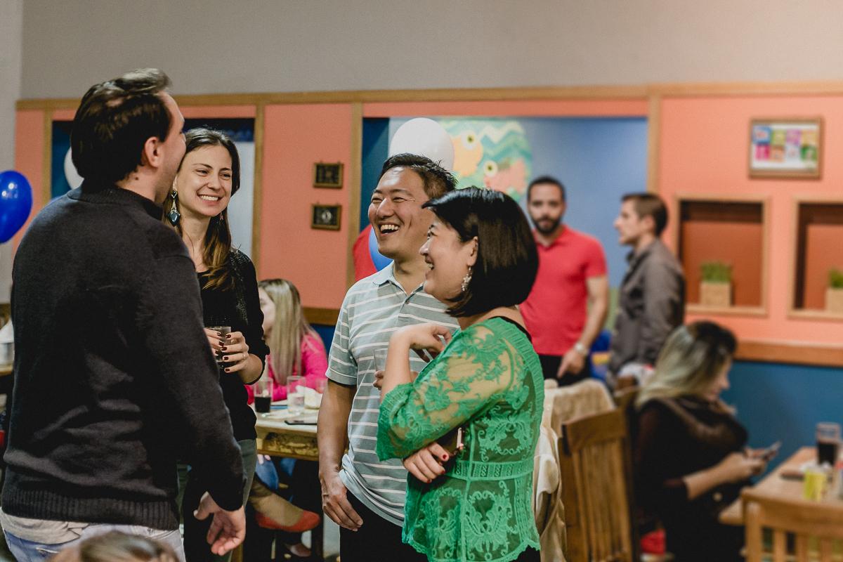 conversando com os convidados e sorrindo