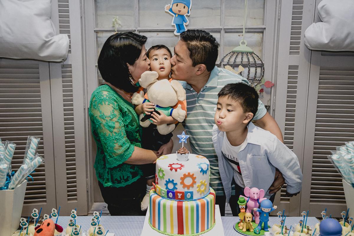 beijinho no Thiago e irmão assoprando a vela
