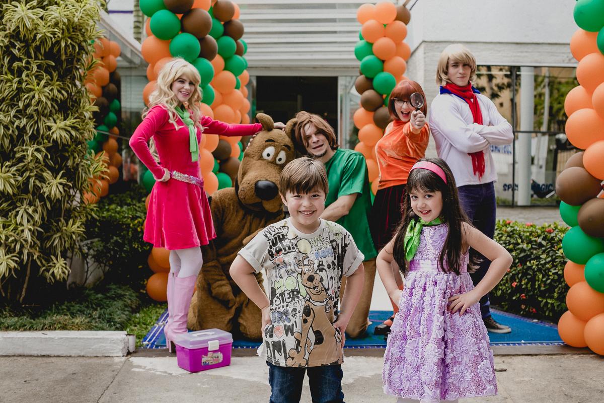 foto na frente do buffet com a amiguinha e os personagens