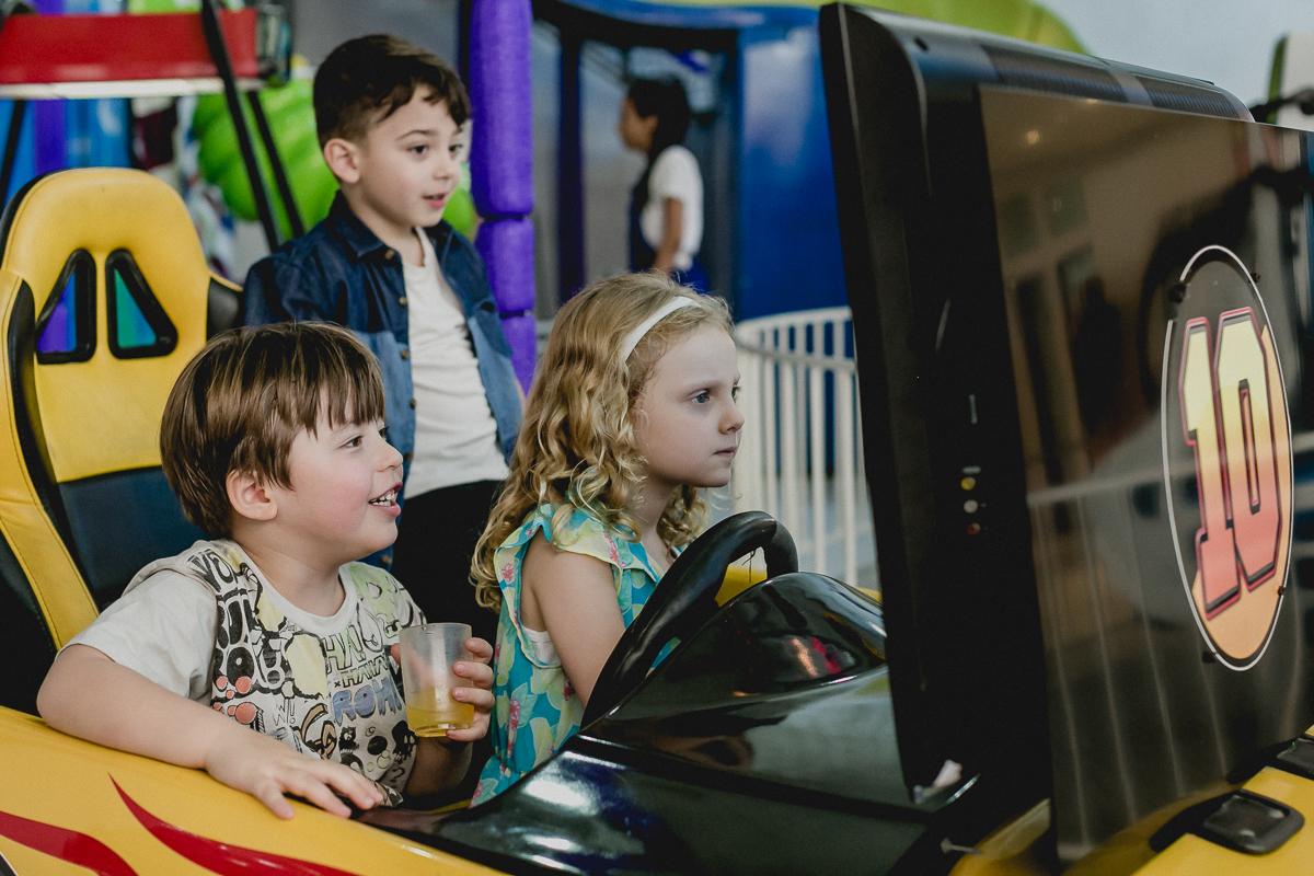 jogando carrinho de corrida