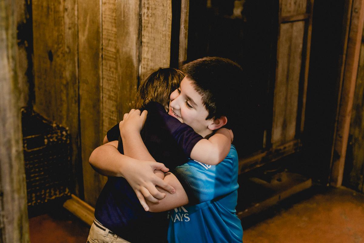 thiago recebendo um abraço do primo