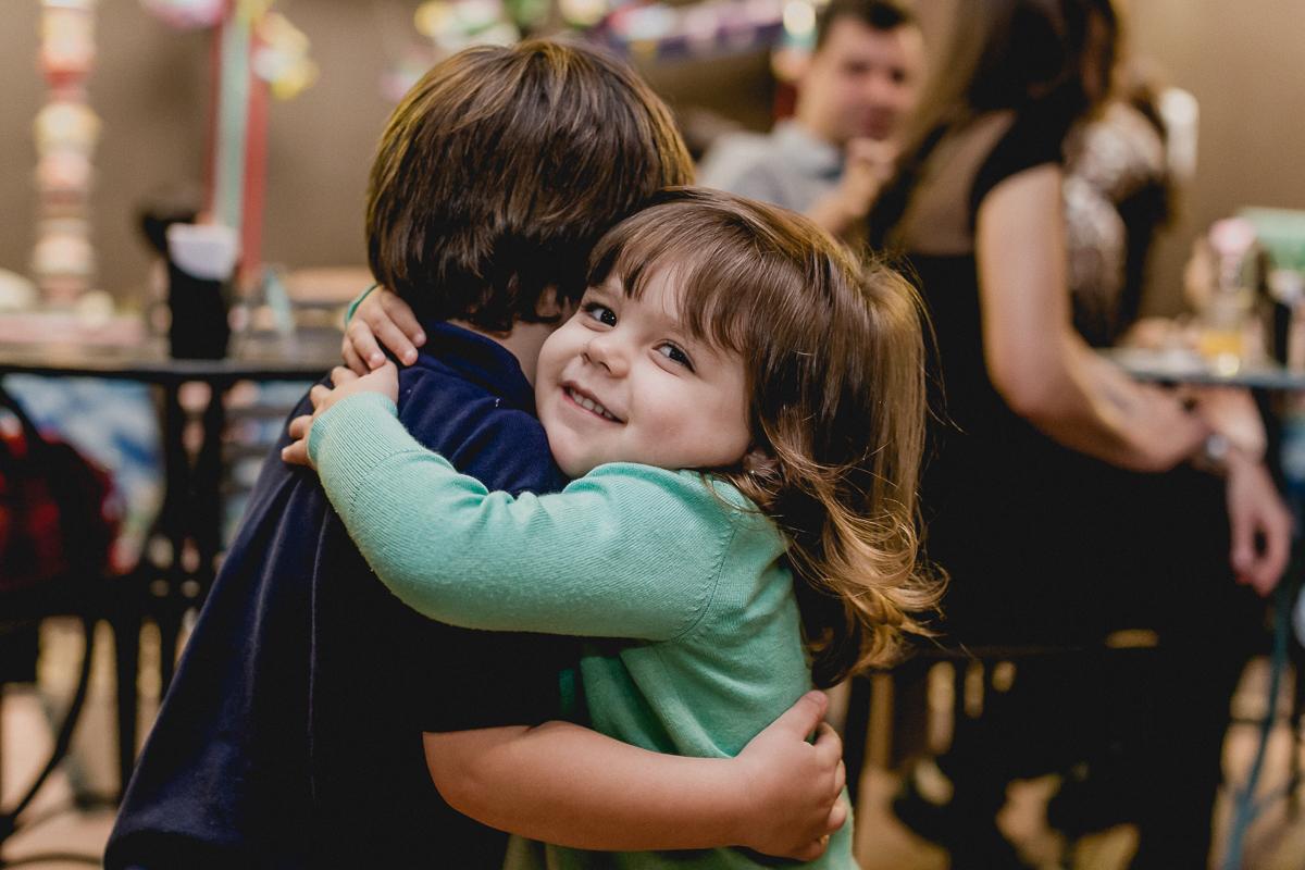 amiguinha abraçando o thiago