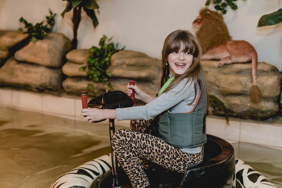 convidada brincando no carrinho aquatico