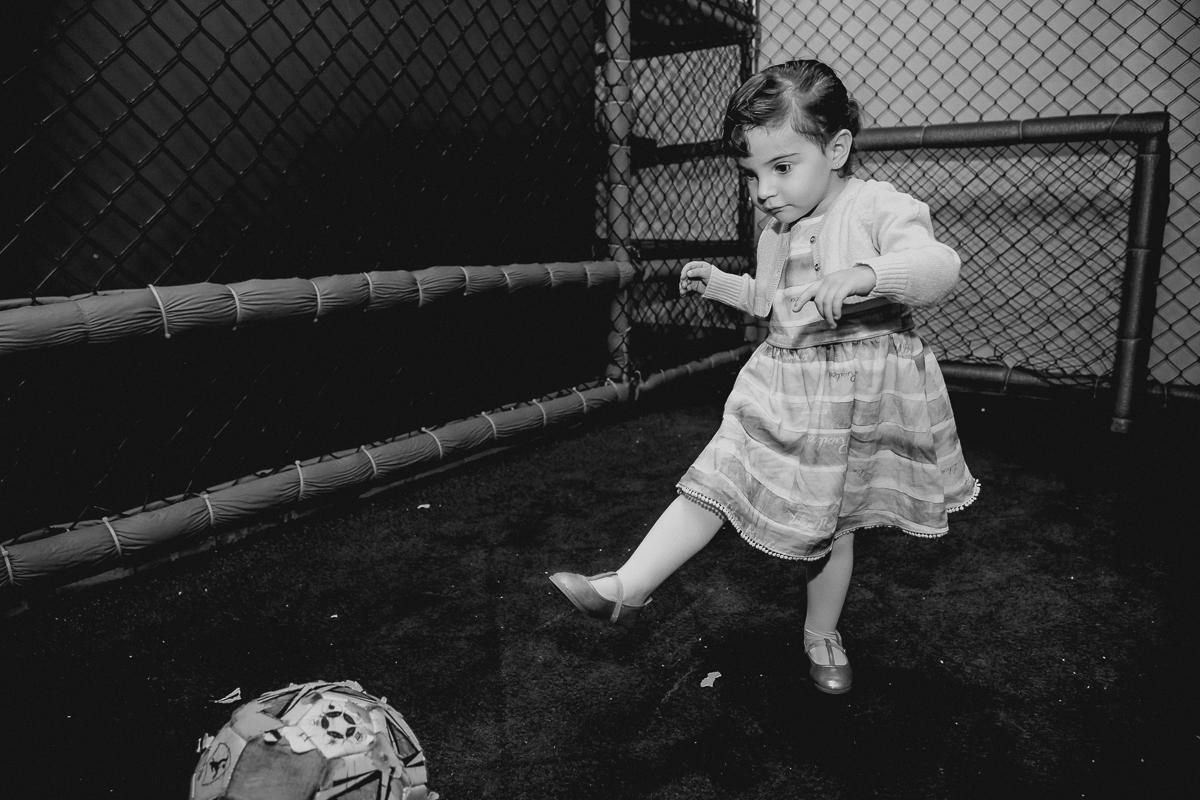 Luiza jogando futebol