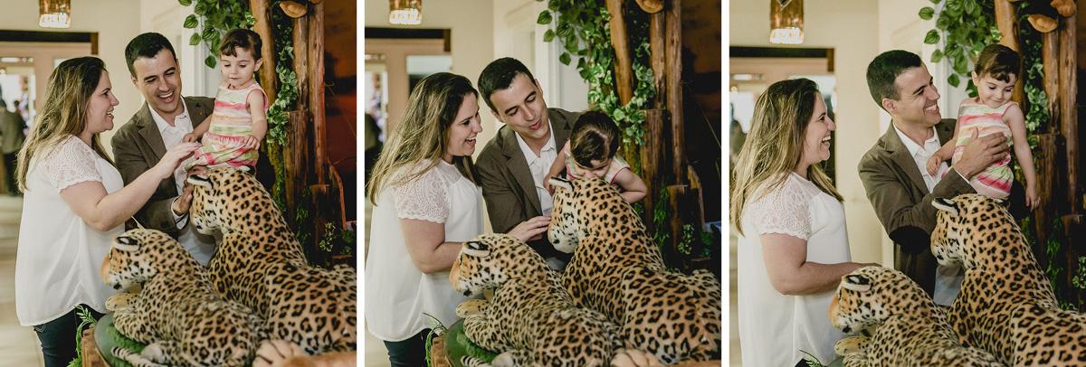luiza e familia brincando com os tigres