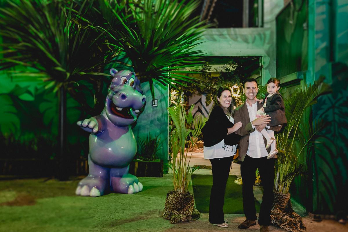 retrato de familia na frente do buffet little jungle
