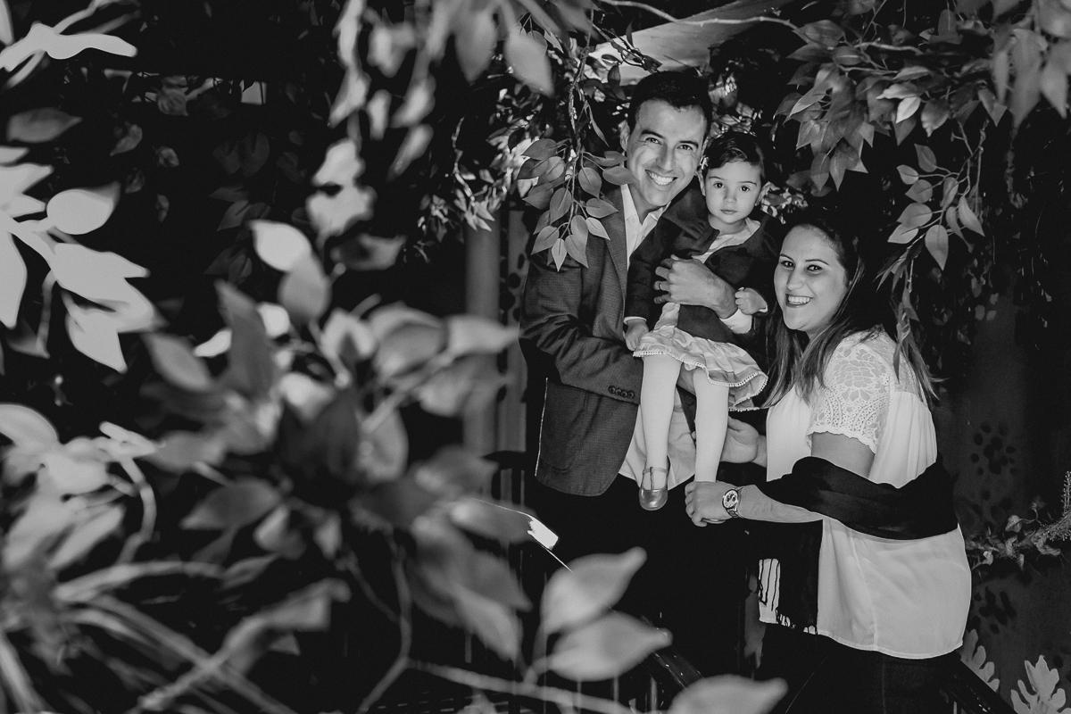 foto de familia na entrada do buffet em preto e branco