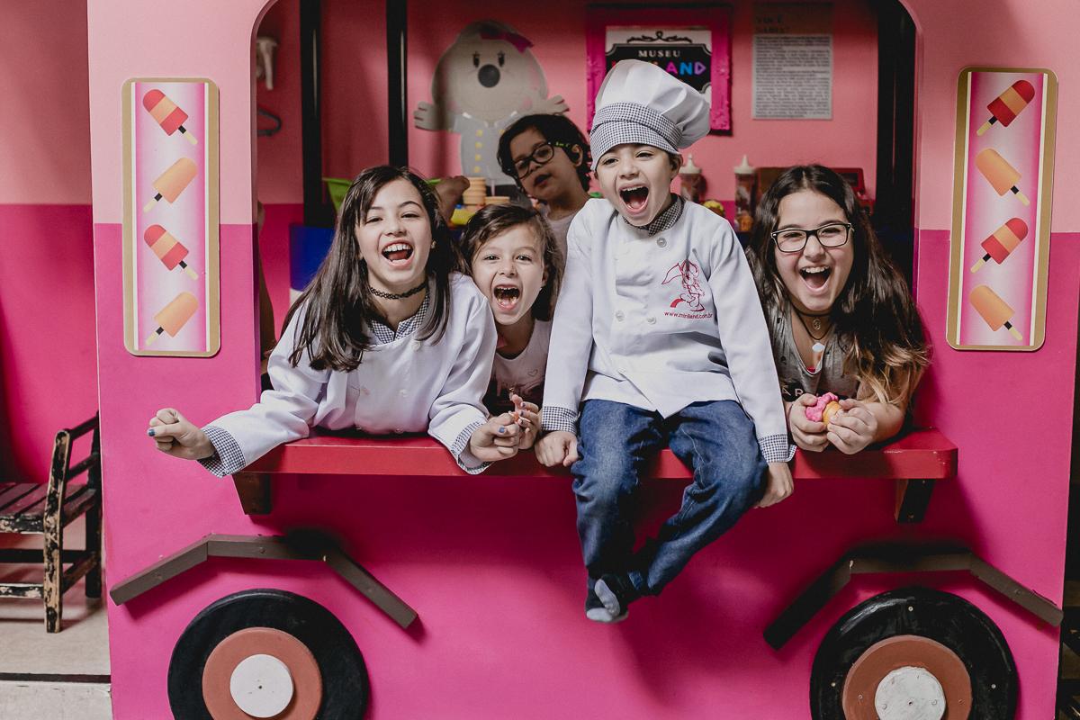 amigos se divertindo no carrinho de sorvetes