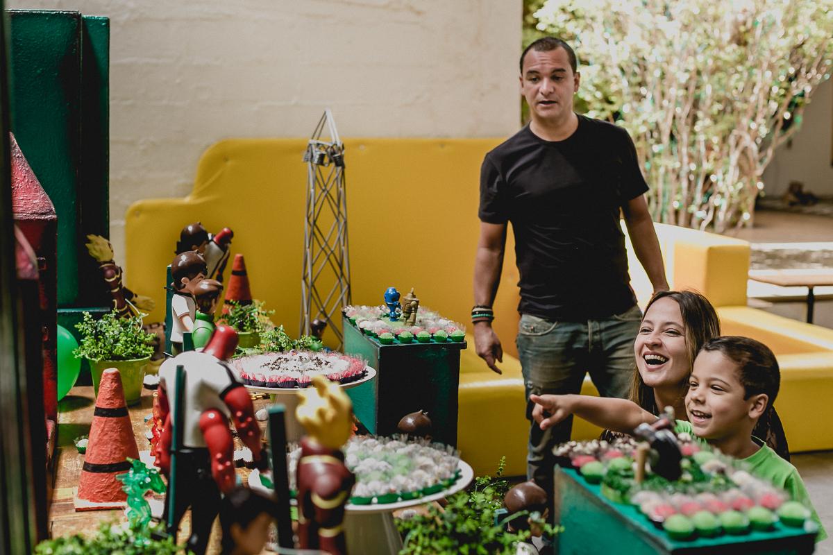 olhando os detalhes do bolo com a familia