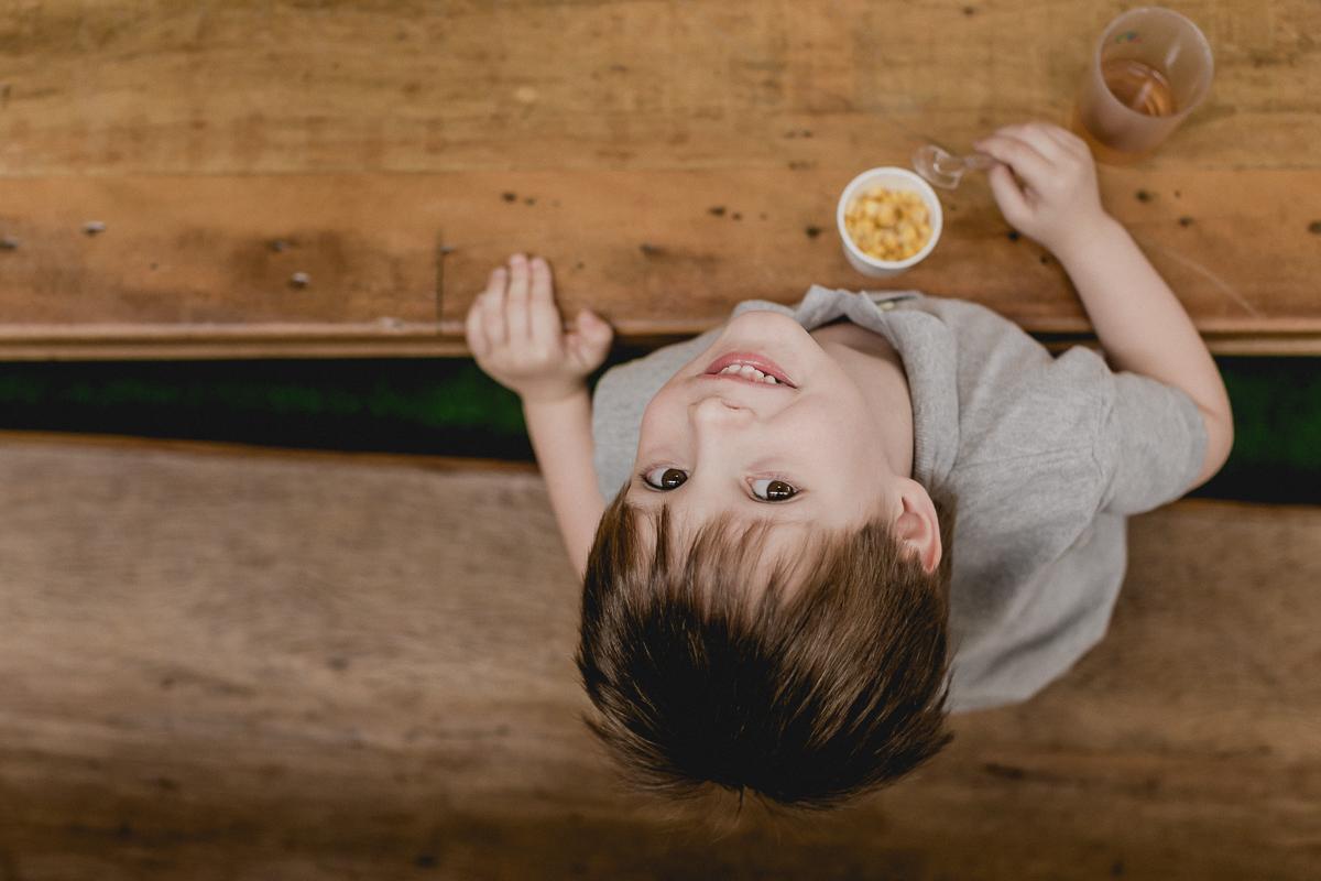 retrato do amiguinho comendo milho