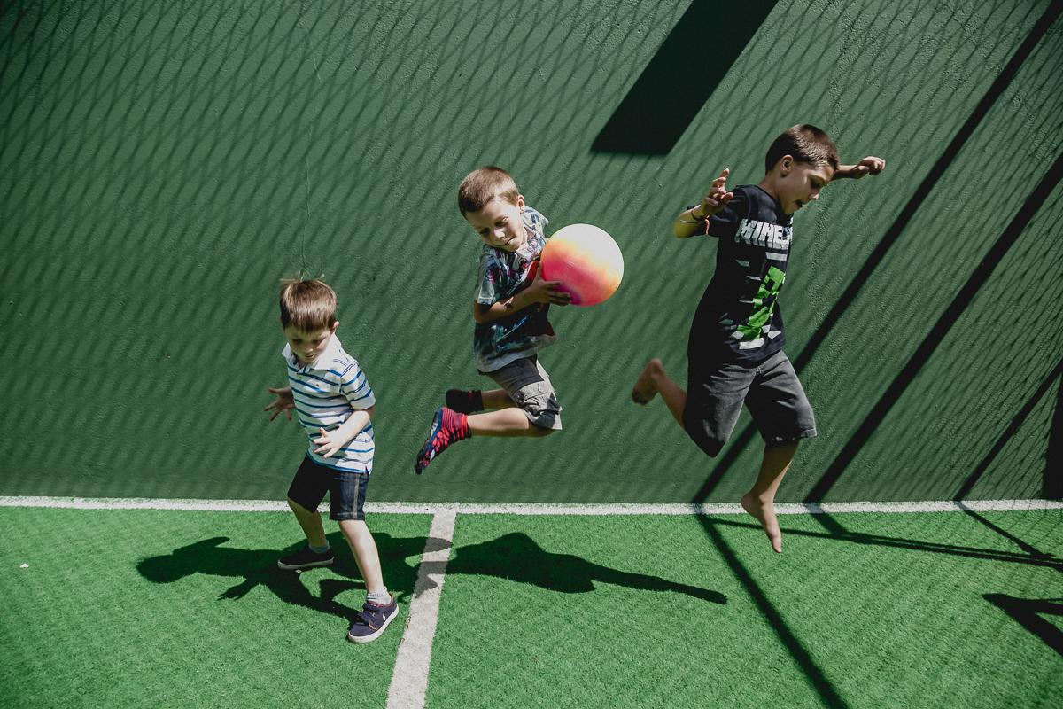 pulando na quadra de futebol