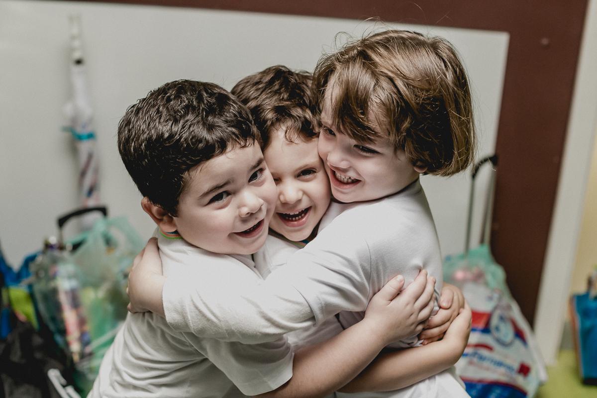 abraçando os amigos