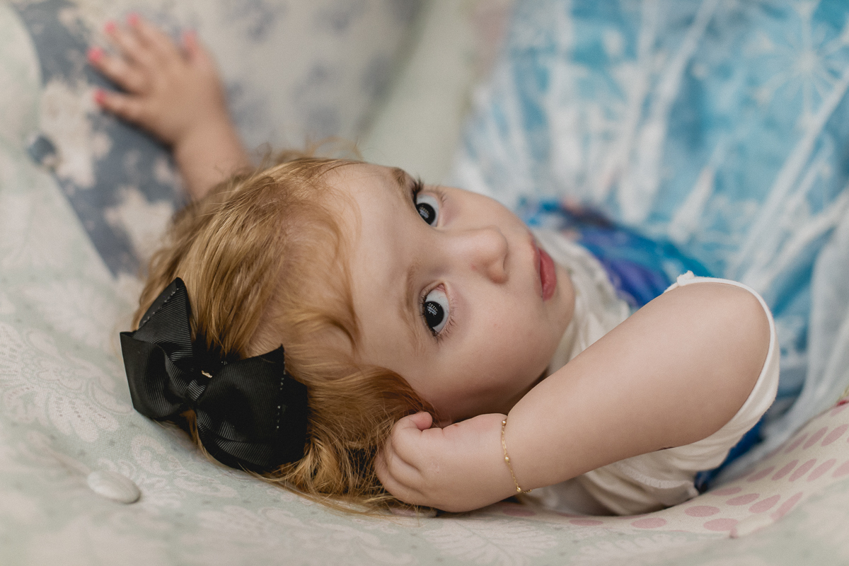 retrato da criança desconfiada
