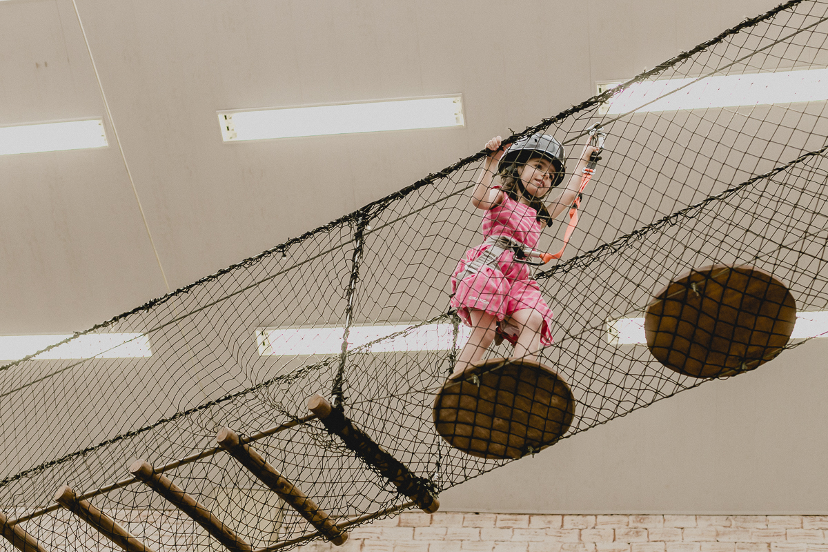 criança andando na ponte da tirolesa