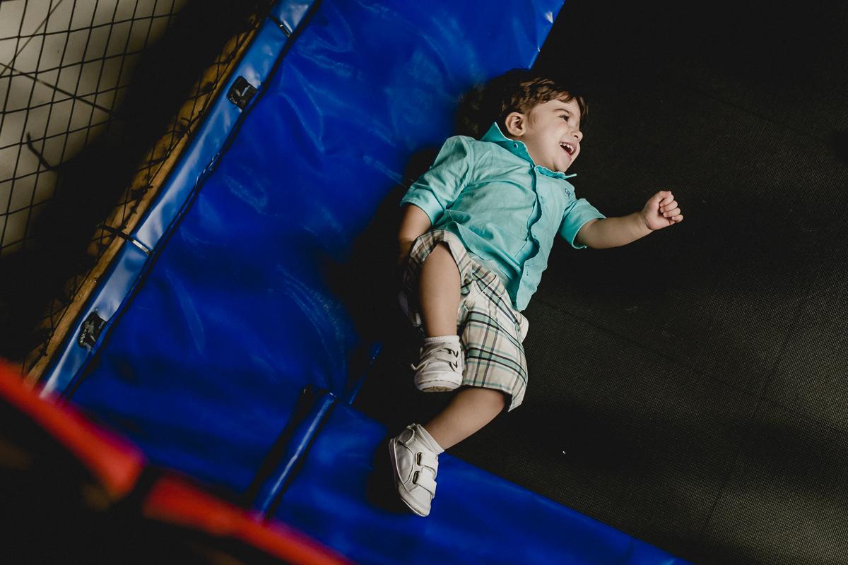 criança sorrindo no pula pula