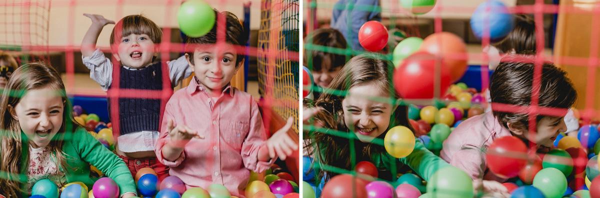 criancas jogando as bolinhas para o alto