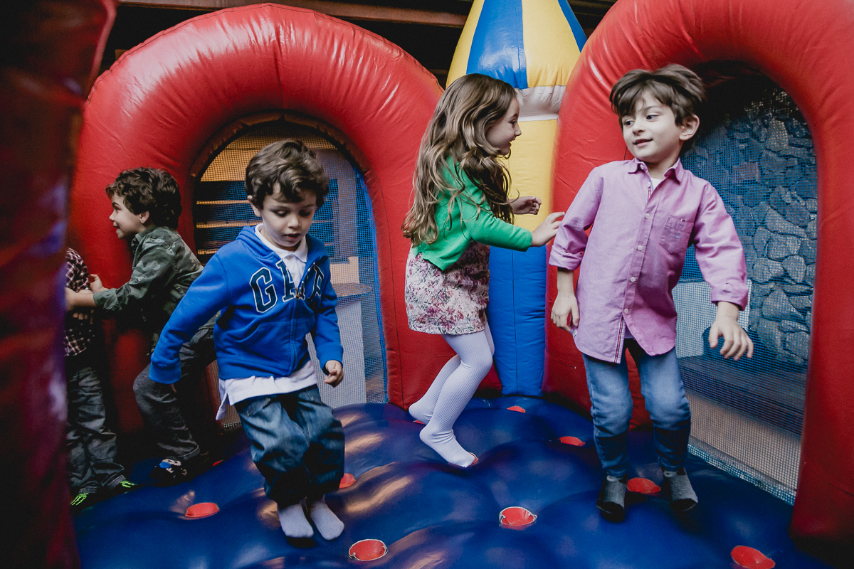 criancas pulando no brinquedo inflavel