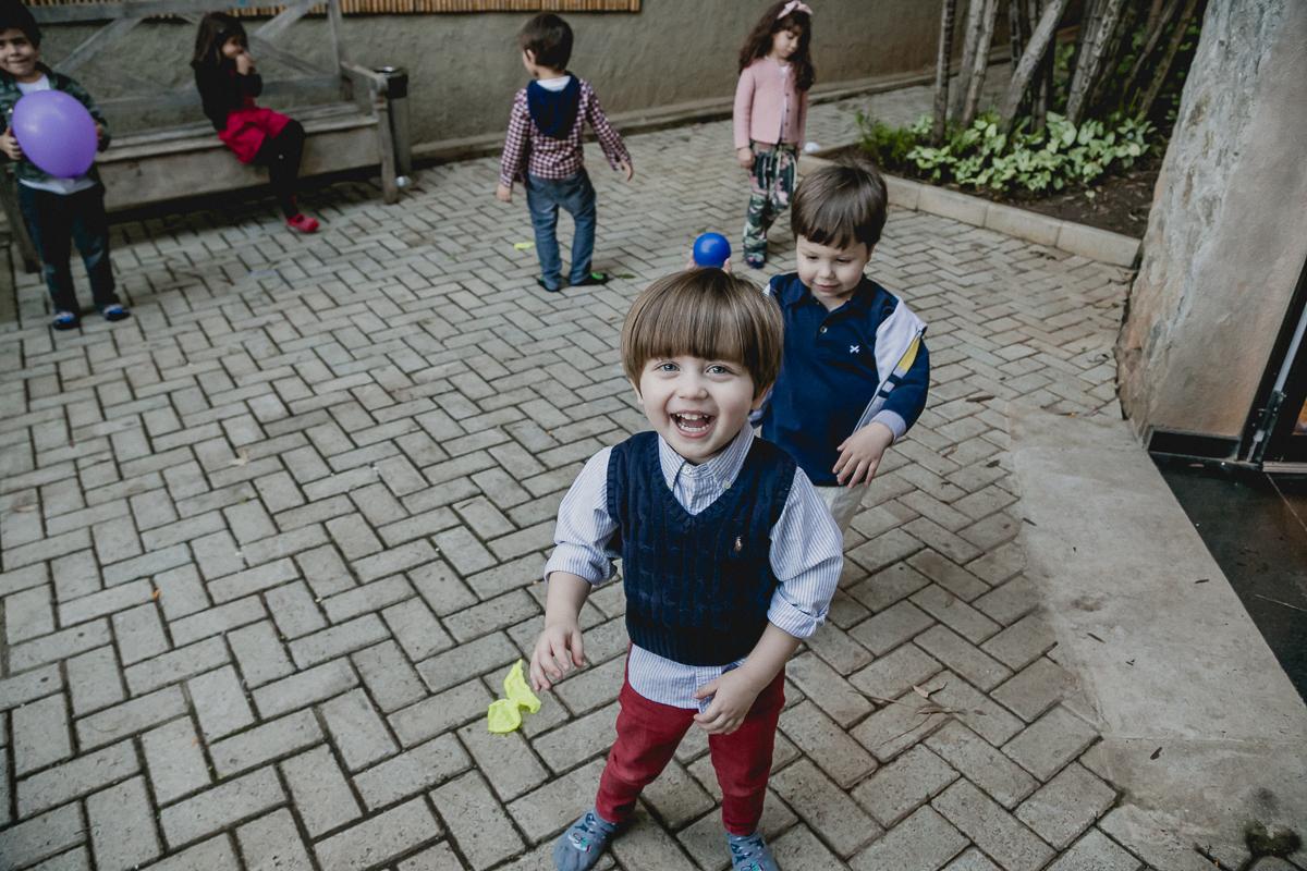 criancas correndo e se divertindo