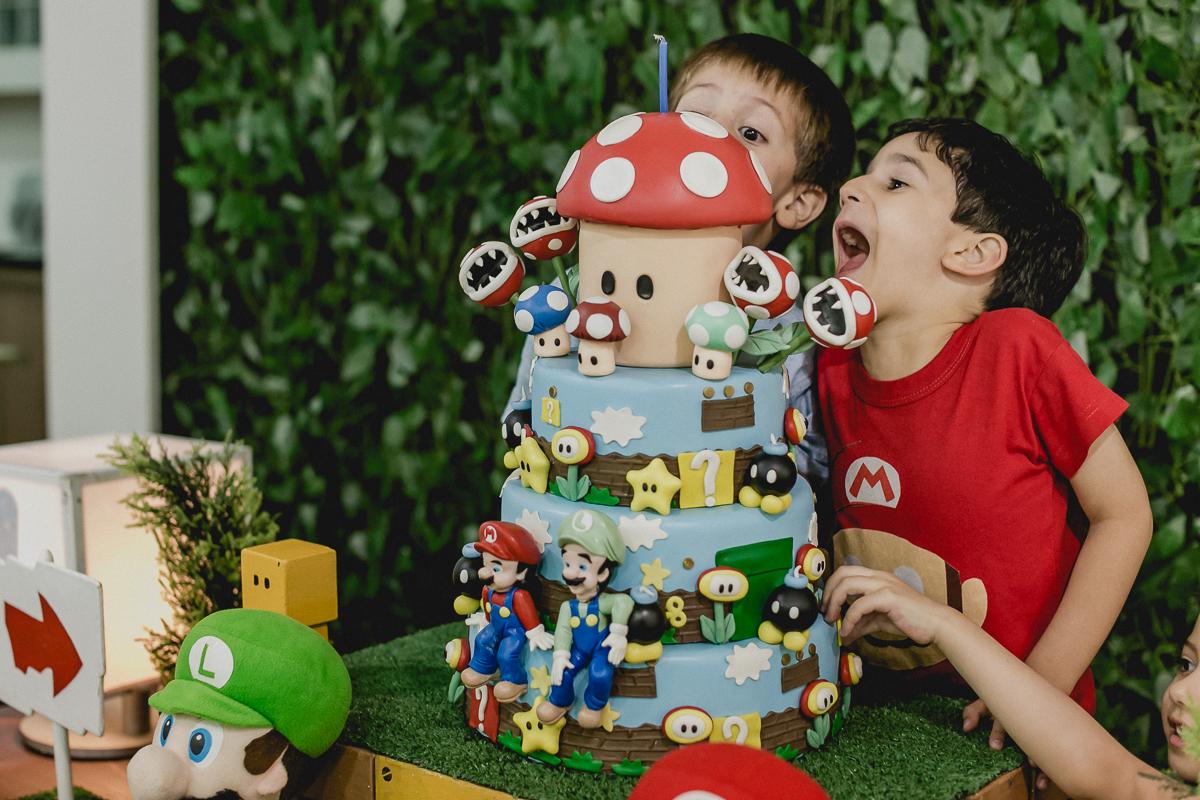 dando uma bocada bem grande no bolo
