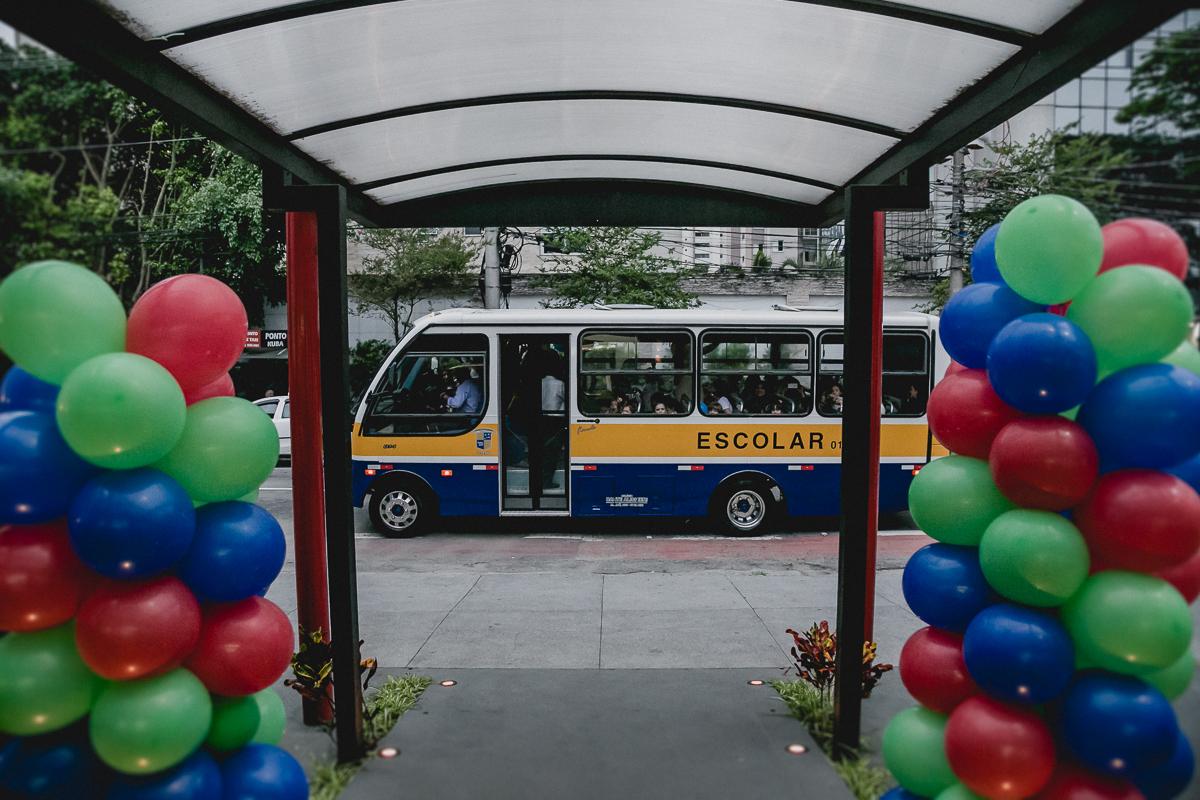 Onibus escolar chegando para a festa no buffet Mundo Encantado