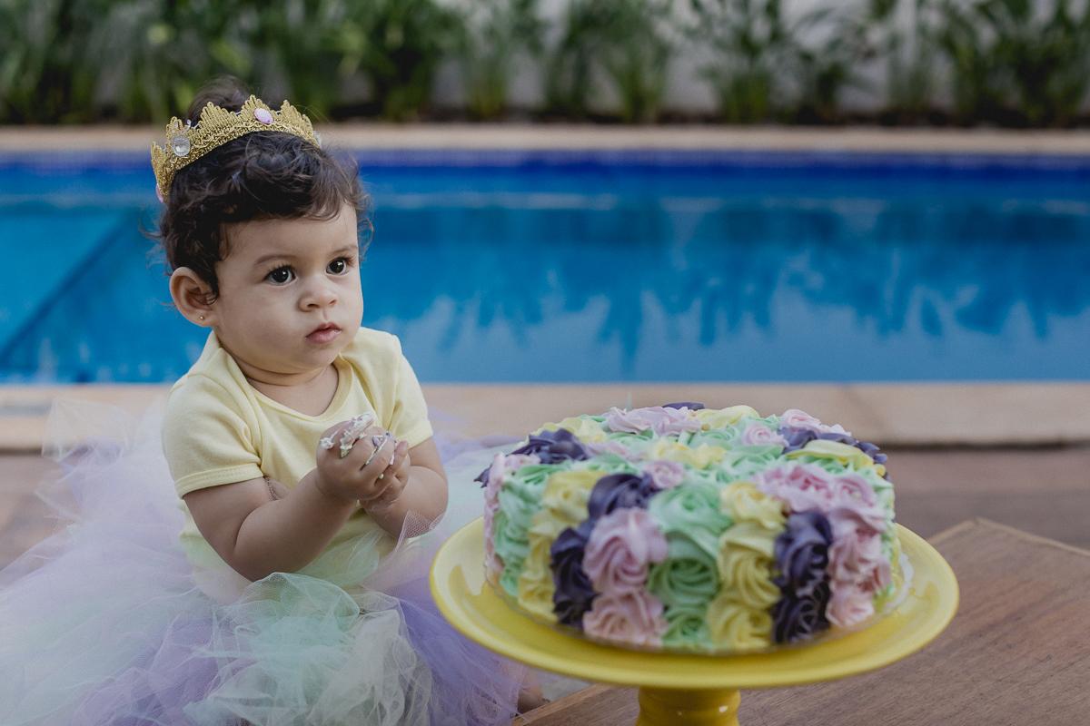 lia sujando a maozinha com o bolo