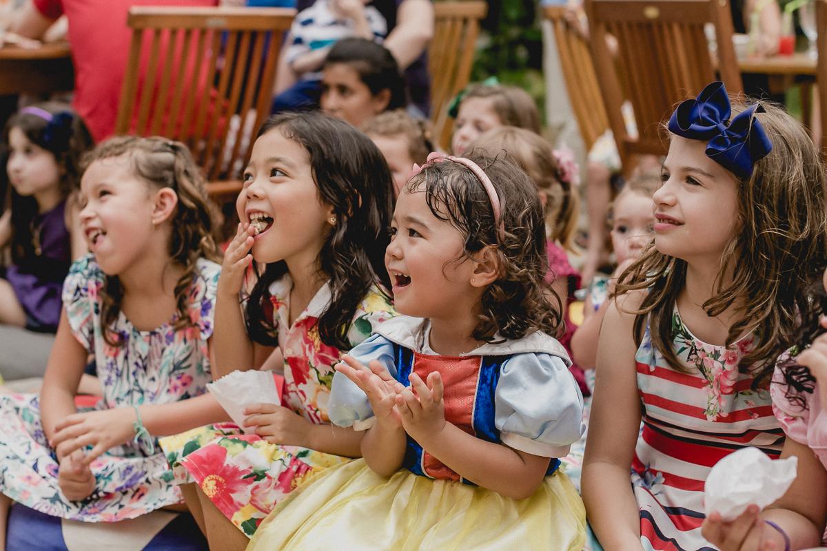 crianças rindo com o teatrinho