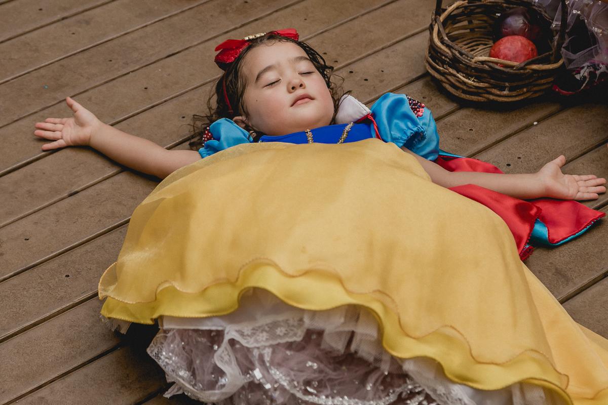 dormindo em sono profundo depois de comer a maça da bruxa