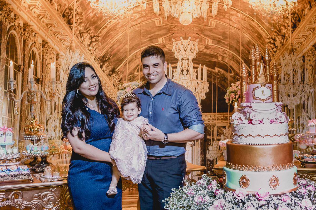 fotos da familia na frente da mesa do bolo