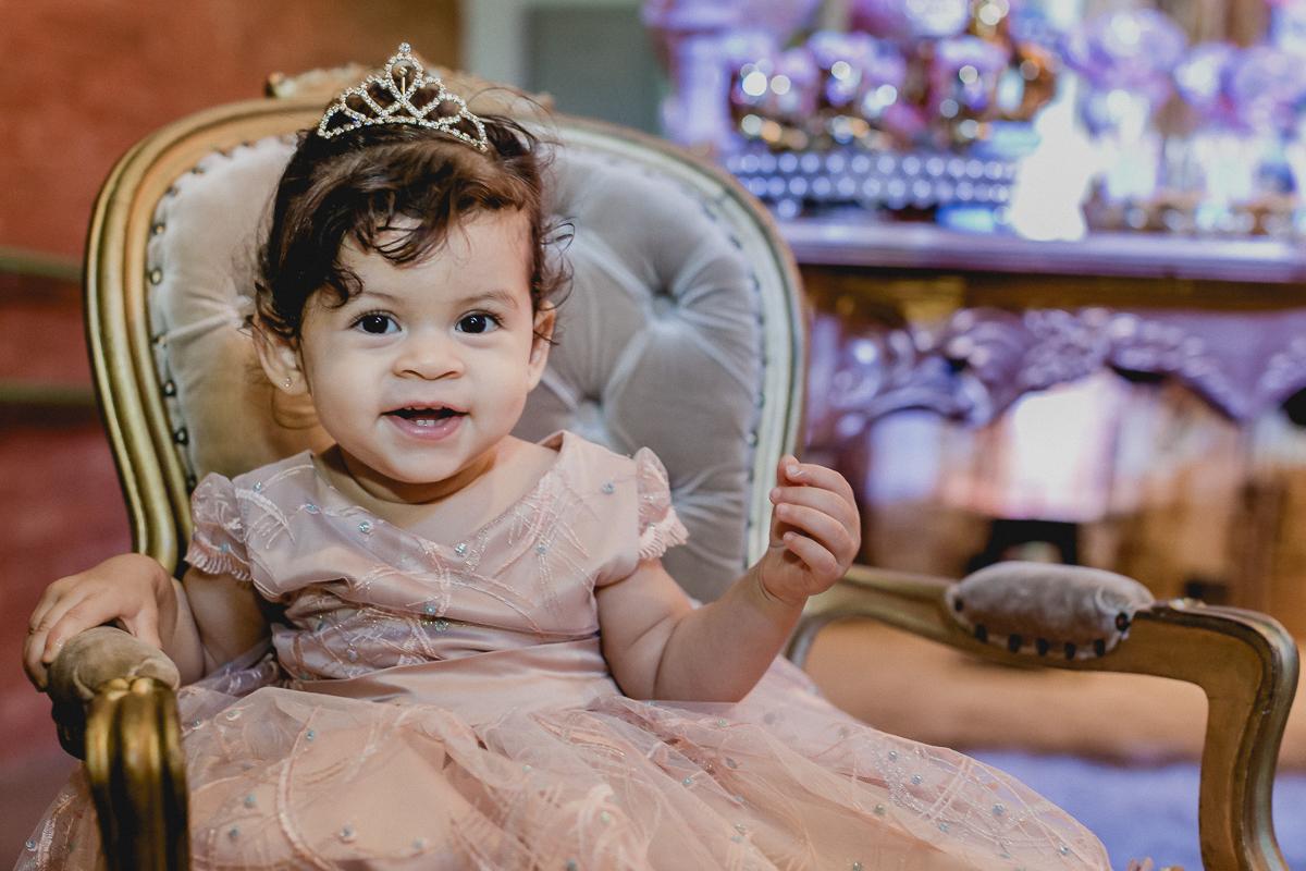 lia sentada na poltrona da princesa