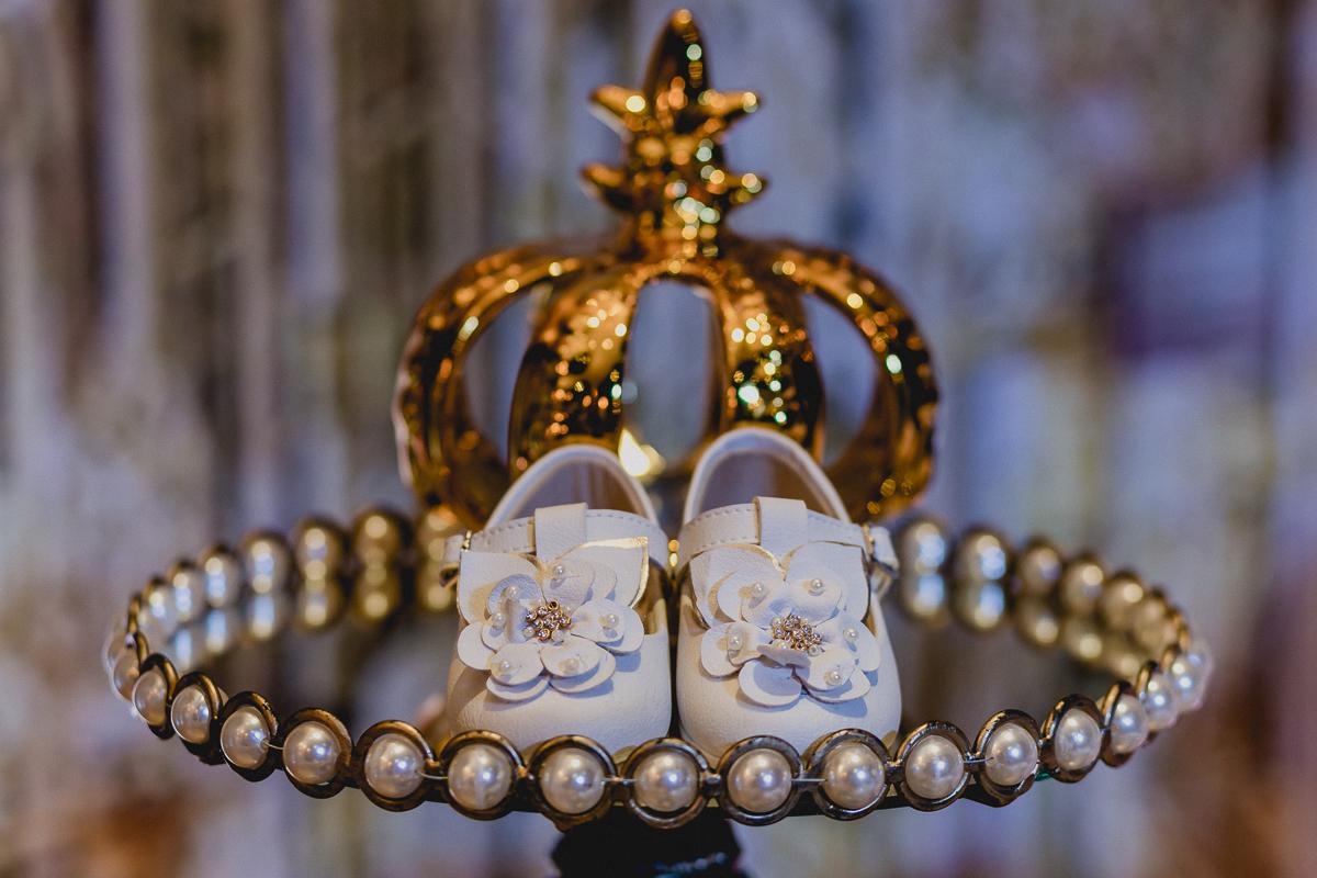 sapatinho da linha junto com a coroa da rainha no final da festa