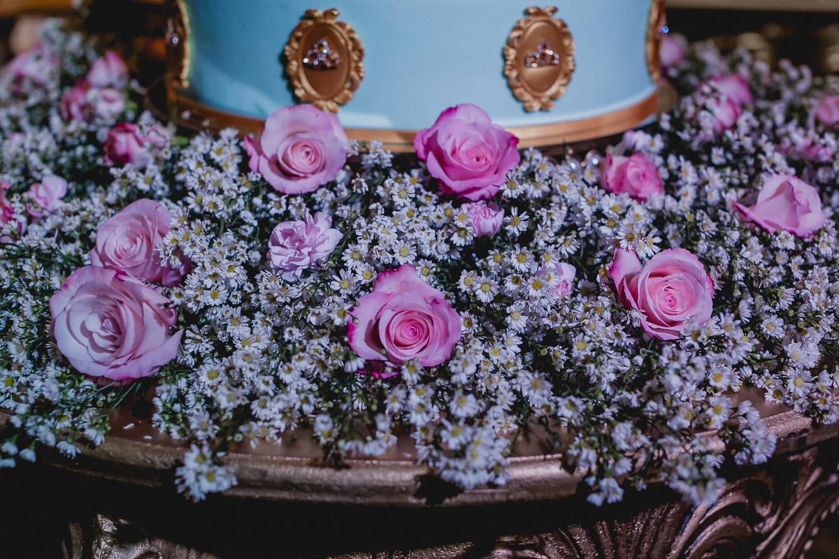 detalhes das flores no suporte do bolo