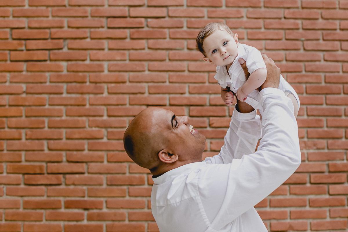 Theo e o padrinho se divertindo