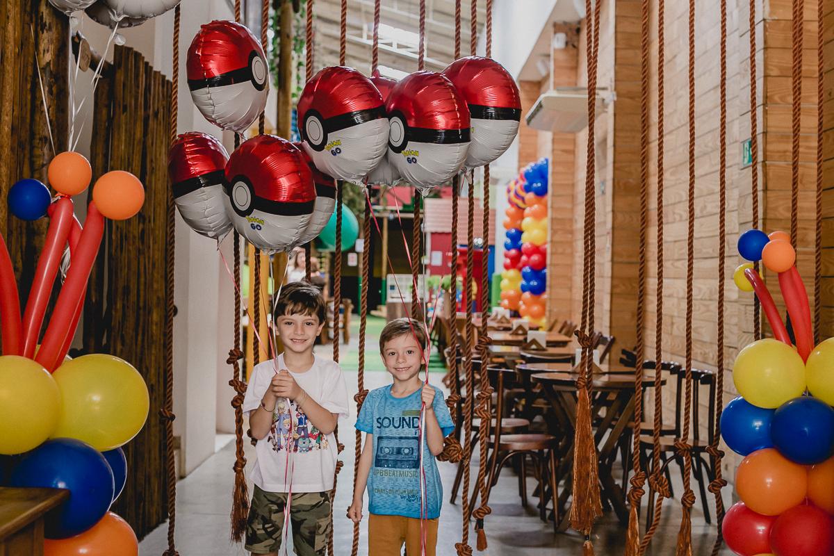 Pedro e o primo na entrada do Buffet Espaço Puzzle