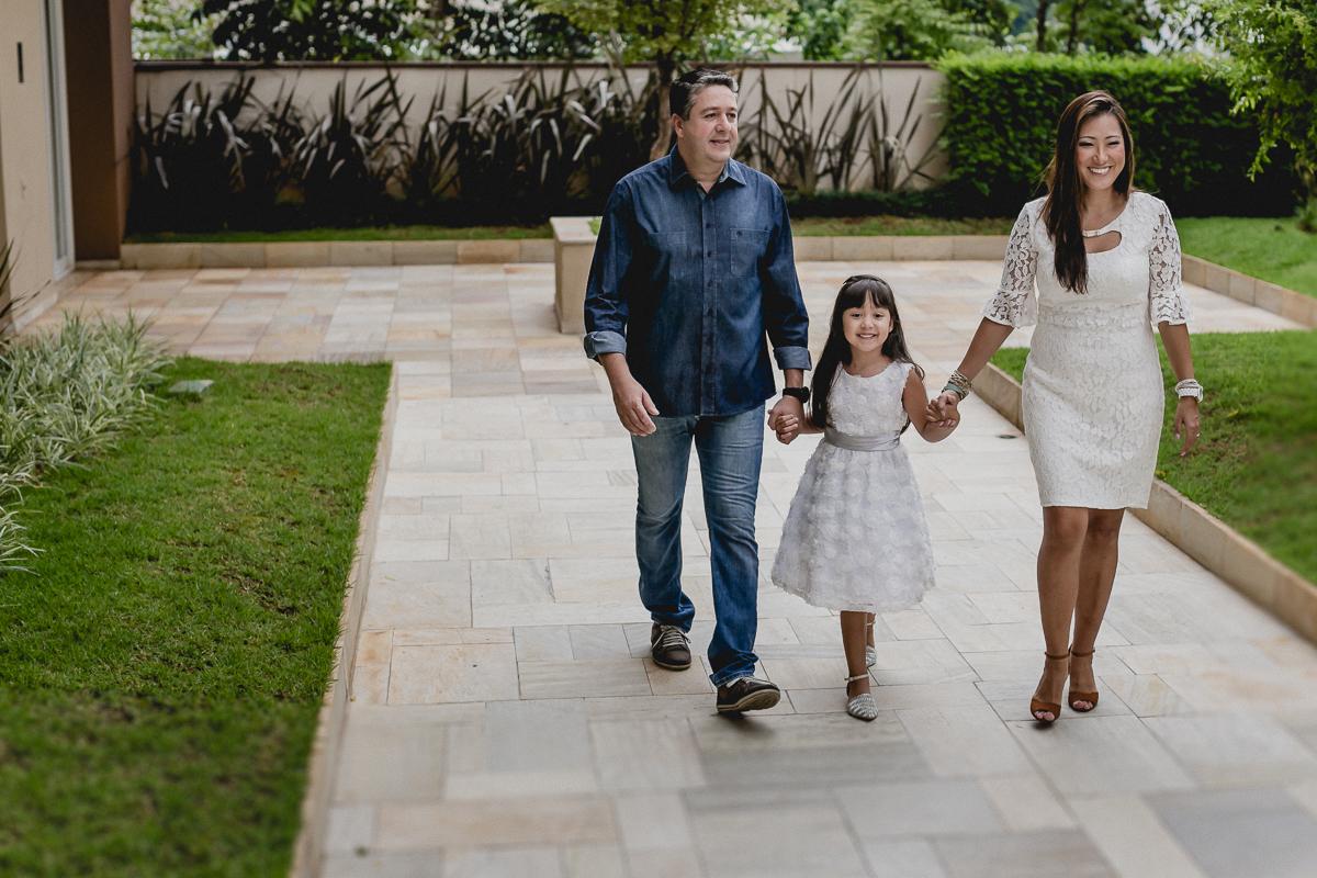 Sandrinha chegando com a familia para a festa