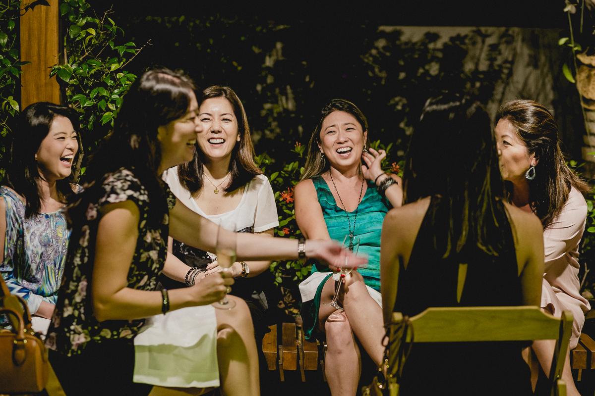 Convidadas se divertindo e dando muitas risadas