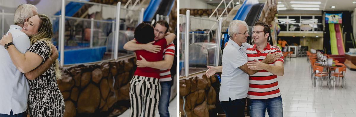 Recebendo e abraçando os convidados
