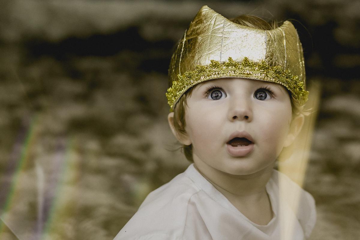 matheus se divertindo com a coroa do rei