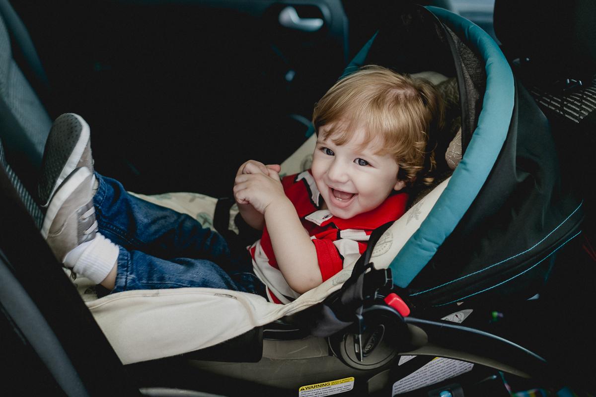 Matheus se divertindo e saindo do carro