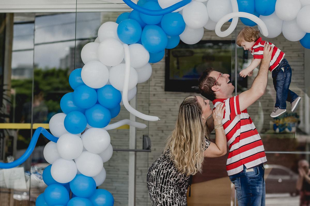 Matheus se divertindo com os pais na fachada do Buffet By Kids localizado no Tucuruvi SP