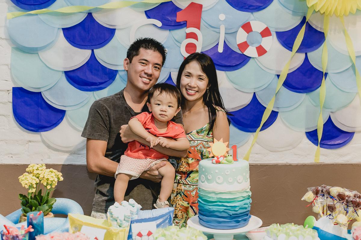 retrato com a familia na frente da mesa do bolo