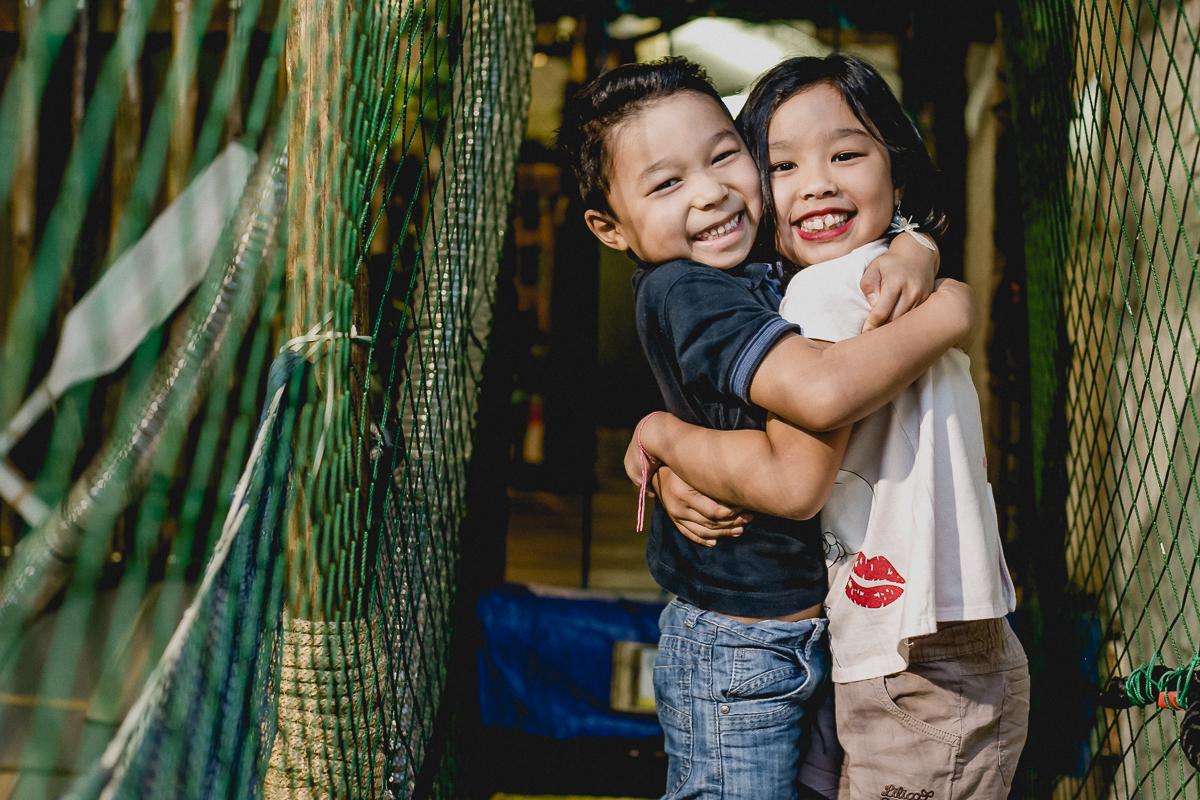 abraçando a irmã na ponte do buffet miniland
