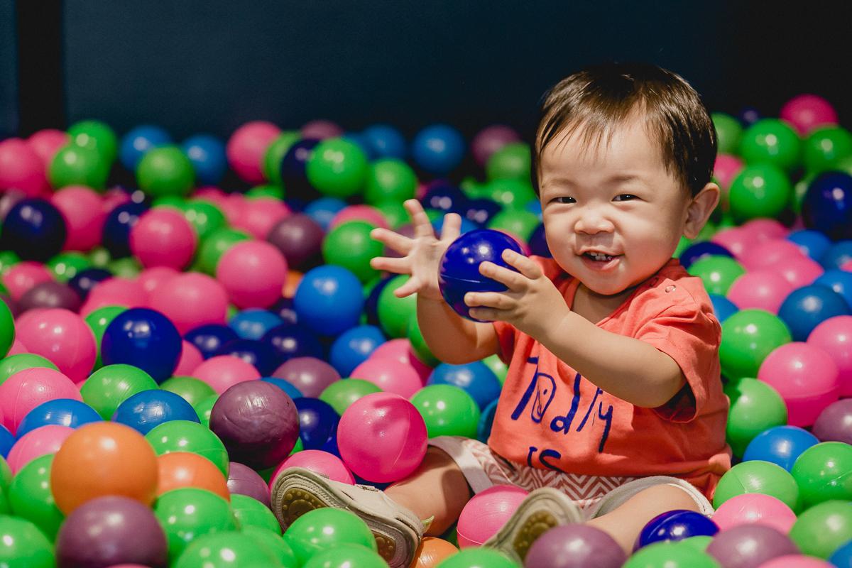 se divertindo e rindo muito na piscina de bolias