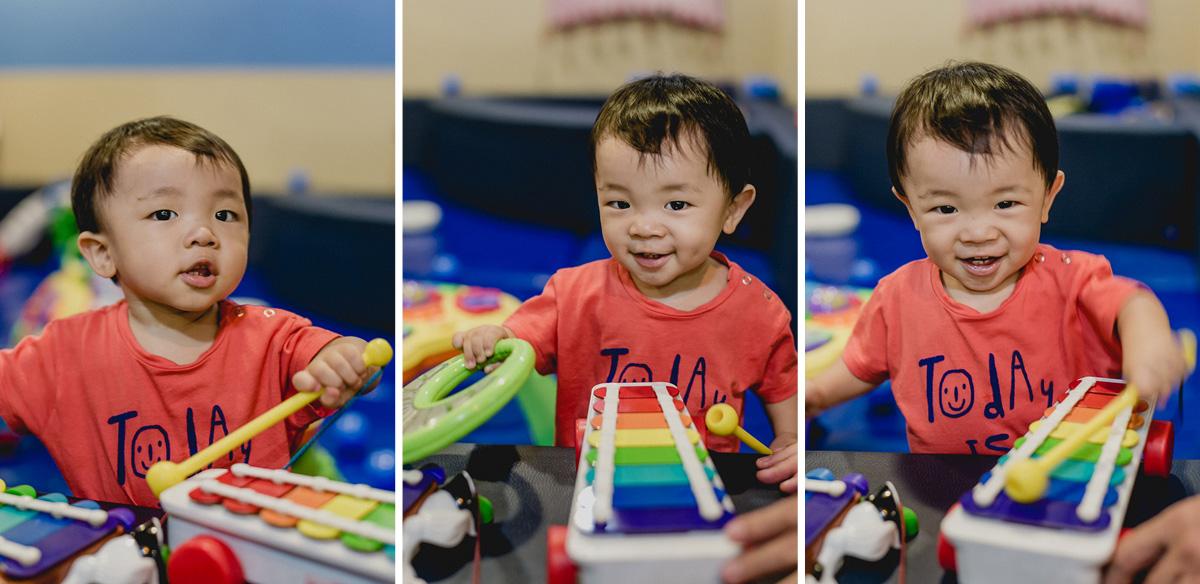 Caio se divertindo e tocando musica nos brinquedos do buffet miniland