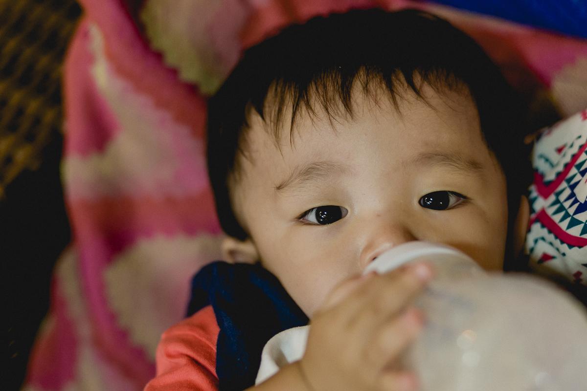 tomando leite na mamadeira