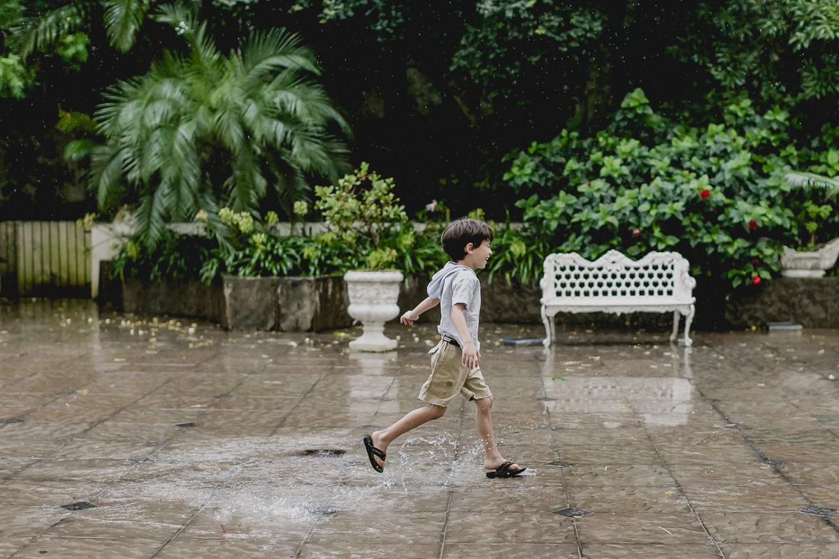 correndo e pisando na poça de agua