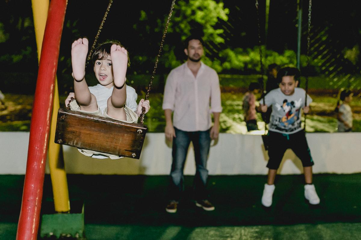 brincando no balanço com o papai e amigo