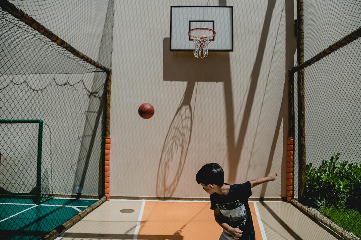 jogando basquete na quadra