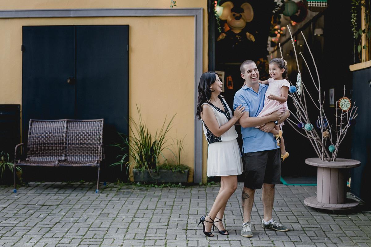 retrato em familia na fachada do buffet miniland